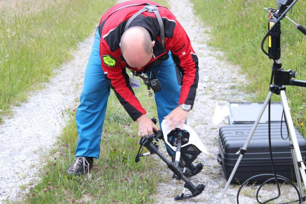 An der Drohne wird eine Wärmebildkamera befestigt (© FM1Today/Fabienne Engbers//pd)