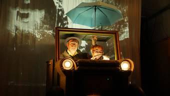 Szenen aus «Comedia Zap» im Dietiker Stadtkeller (oben), «Liebesküsse aus Moskau» der Waldegg-Bühne (links) und das Kasperlitheater von Monika Schmucki in Dietikon.  DIR/ZVG