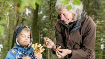 Pamela Rösch freut sich mit ihrem Enkel Timo, den alle «Köbi» nennen, über die Pilze im Joner Wald.