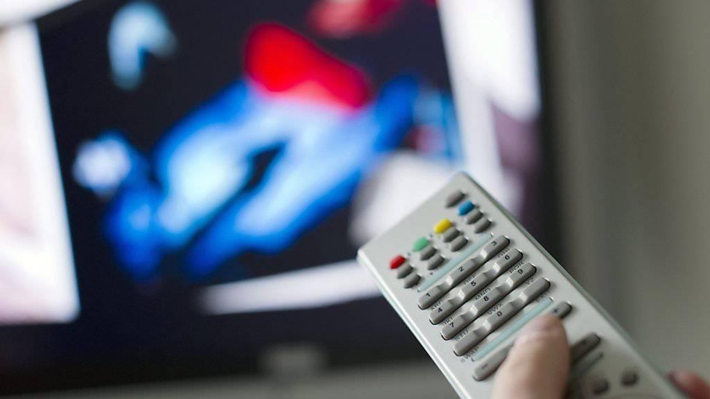 Um Filme zu schauen, bleibt das Fernsehen bei Jung und Alt das Medium erster Wahl.