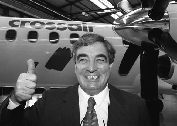 Der ehemalige Swissair-Pilot Moritz Suter, Chef der Swissair-Tochter Crossair, posiert vor einer Crossair-Maschine auf dem Flughafen Basel-Mulhouse, 1994.