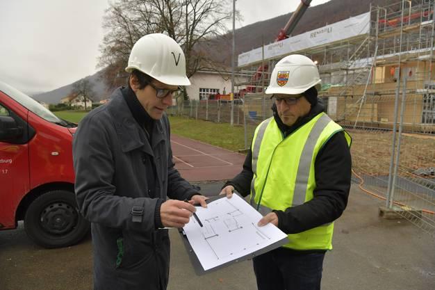 Architekt Roman Tschachtli vom Architekturbüro VERVE, Biel (links) und Schulleiter Marc Gavin.