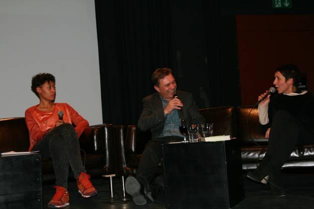 Amina Abdulkadir und Andreas Meier auf dem Sofa befragt von Moderatorin Monika Schärer