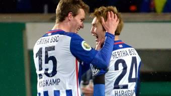 Genki Haraguchi (rechts) nach seinem Treffer zum 3:1 mit Sebastian Langkamp