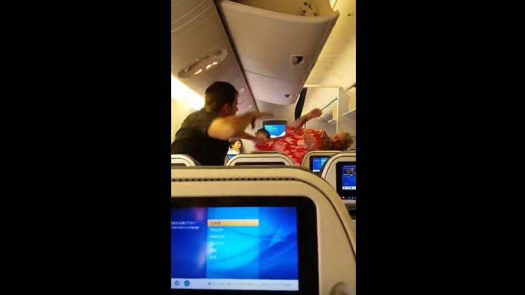 «Ich töte dich!» – Zwei Männer liefern sich heftige Prügelei im Flugzeug