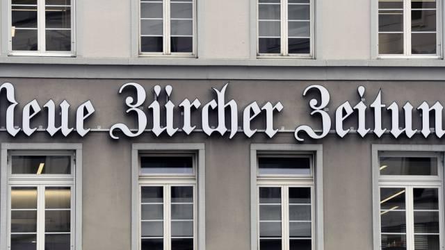 Logo der Neuen Zürcher Zeitung (NZZ) am Hauptgebäude in Zürich