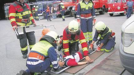 Der «verunfallte» Motorradfahrer mit Verdacht auf Rückenverletzungen wird mit äusserster Vorsicht bewegt.