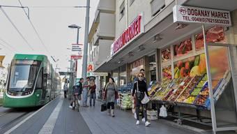 Türkischer Supermarkt an der 8er-Tramhaltestelle in Weil-Friedlingen. Die marxistisch-leninistische MLDP ist überall mit Plakaten präsent, die AfD hingegen sucht man vergeblich.