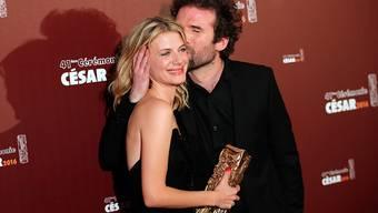 """Das französische Regie-Duo Mélanie Laurent und Cyril Dion mit dem César, mit dem ihr Werk """"Tomorrow"""" als bester Dokumentarfilm des Jahres ausgezeichnet worden ist. Dion wird den Streifen persönlich am Montag in Zürich präsentieren. (Archivbild)"""