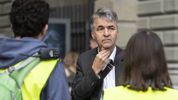 Alec von Graffenried im Gespräch mit Journalisten auf dem Bundesplatz.