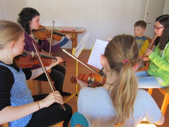 Einige Projekte entstehen auch spontan, wie diese geleitete Improvisation von allen Kindern gespielt auf ihren Instrumenten.