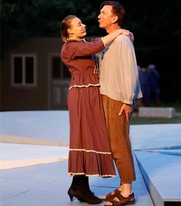 Romanzen fehlen nicht. Vroni (Stephanie Zeni); Rüedu (Roland Favre).