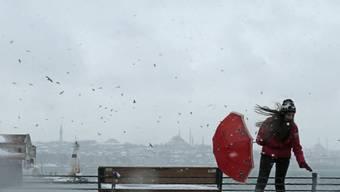 Stürmige Zeiten: Eine Frau am Mittwoch unterwegs in Istanbul