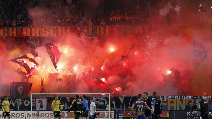 Die Basler Fans zünden nach dem Spiel gegen YB dutzende Fackeln an.