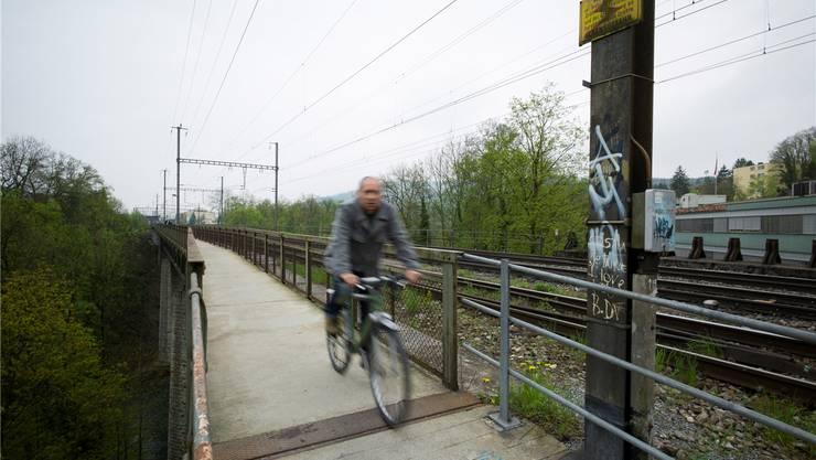 Der jetzige Weg über die Limmat bei der unteren SBB-Brücke soll von 1,7 auf 2,5 Meter verbreitert werden. (Archiv)