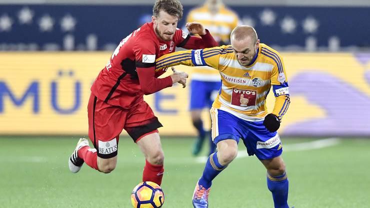 FCA-Neuzugang Nicolas Schindelholz (links) im Duell mit Marco Schneuwly.