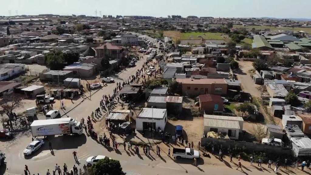 Kilometerlange Schlangen vor Essensausgabe in Südafrika