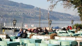 Im Hotel Seerose lassen sich die Gäste von der Sonne verwöhnen. Mit Blick auf den Hallwilersee.  (Bild: Toni Widmer)