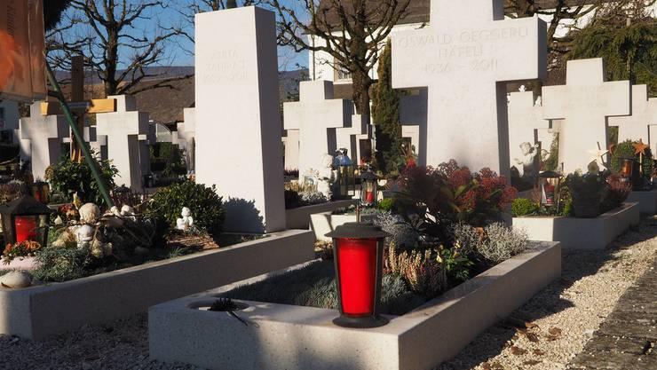 Diese zwei Grabsteinformen sollen künftig auf dem Neuendörfer Friedhof erlaubt sein. Die konfessionsneutrale Stele links im Bild ist für Verstobene anderer Religionen auf dem neu zu schaffenden Grabfeld vorgesehen.