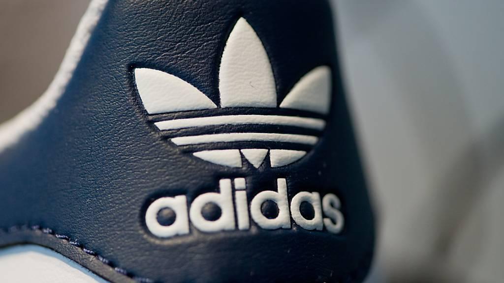 Der Ausbruch des Coronavirus schlägt beim Sportartikelkonzern Adidas im ersten Quartal mit bis zu 1 Milliarde Euro zu Buche.