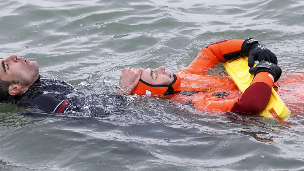 In Genf übten Feuerwehrleute am Dienstag die Rettung von Personen aus 6,9 Grad kaltem Wasser.