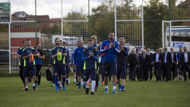 Die Kosovo-Spieler bedanken sich vor dem Training bei ihren Fans.