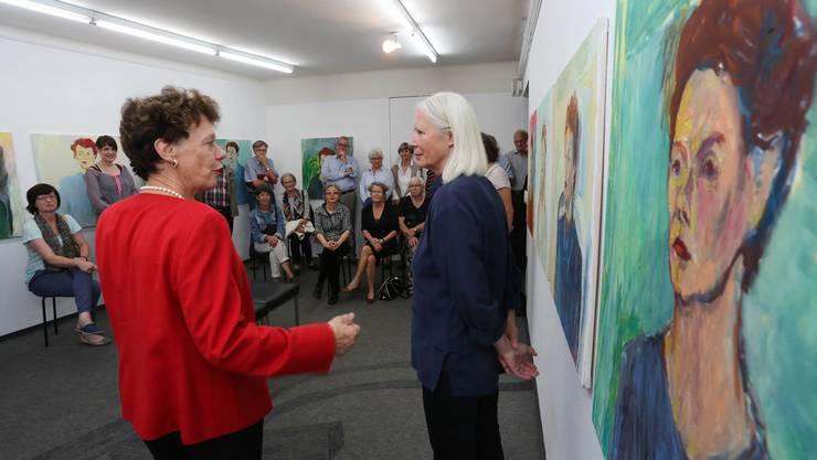 Regierungsrätin Esther Gassler mit ihrer Porträtistin Marie Theres Amici. Zwischen beiden ist so etwas wie Freundschaft entstanden.