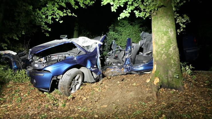 Der BMW nach dem Zusammenstoss mit einem Baum. Der Fahrer wurde schwer verletzt.