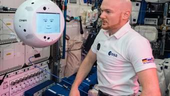 Der deutsche Astronaut Alexander Gerst testet in der Raumstation ISS den schwebenden Roboter Cimon, der von Hergiswil in Nidwalden aus gesteuert wird.