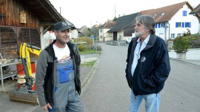 Bauunternehmer Christoph, einer der 214 Nichtwähler Roggenburgs, im Gespräch mit dem Gemeindepräsidenten Peter Hufschmid (rechts). Foto: Nicole Nars