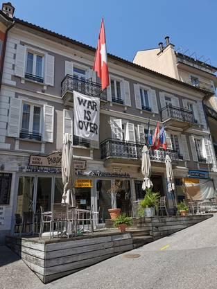Aufatmen? Der Krieg ist vorbei, wie ein Plakat an der Piazza Grande in Locarno zeigt.