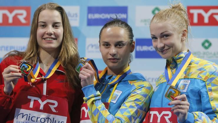 Stolz posiert Heimberg (links) mit den anderen Medaillengewinnerinnen.