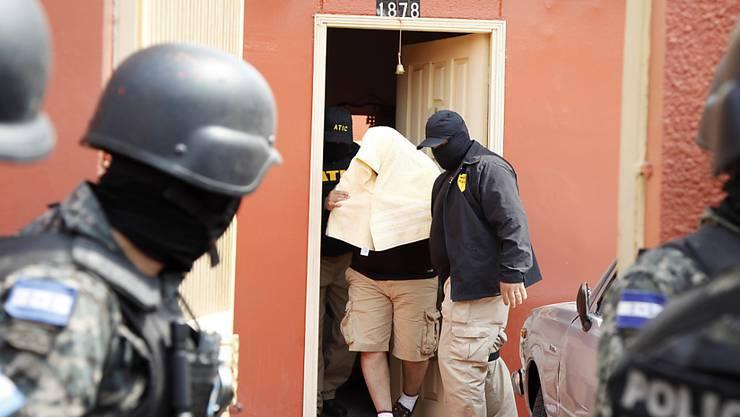 Ein Verdächtiger im Mordfall an einer Umweltaktivistin in Honduras wird von der Polizei abgeführt.