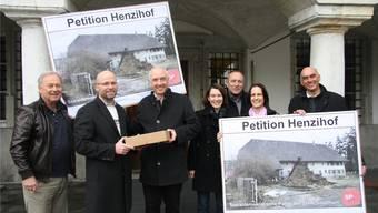 SP-Parteipräsident Claudio Marrari (2.v.l.) übergibt die Petitionen Stadtschreiber Hansjörg Boll. ww