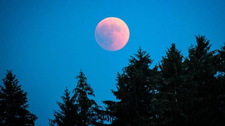 Roter Mond während der Mondfinsternis.