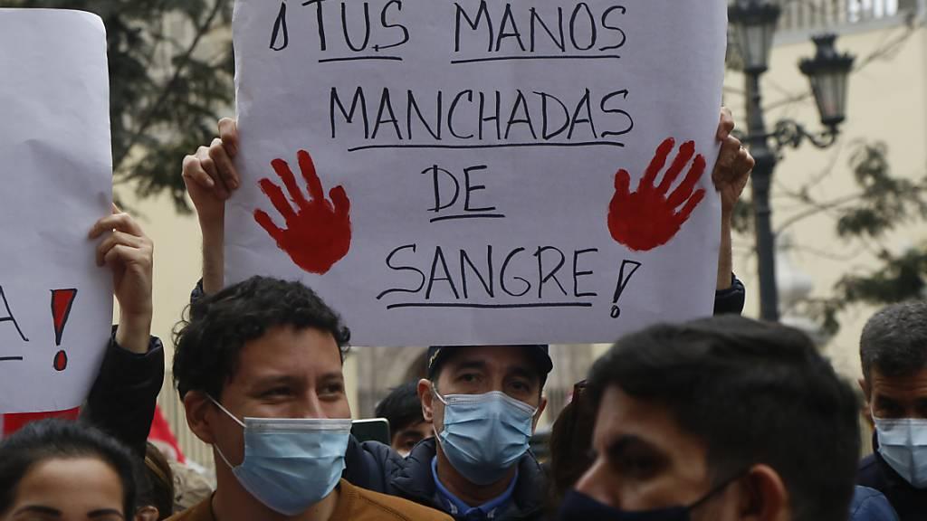 Demonstranten fordern den Rücktritt des peruanischen Außenministers Héctor Béjar. Foto: Gian Masko/dpa