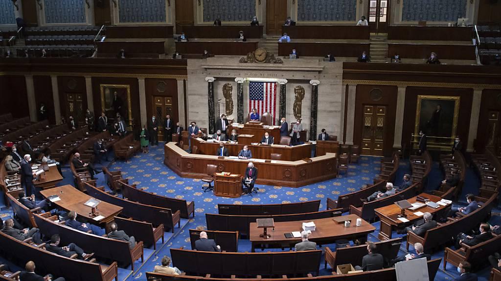 ARCHIV - Nancy Pelosi, Sprecherin des Repräsentantenhauses, leitet eine Sitzung im Kapitol. Foto: Saul Loeb/Pool AFP/AP/dpa