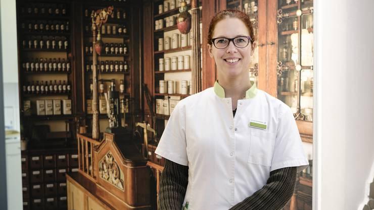 Katherine Gessler in ihrer eigenen Apotheke in Gelterkinden.