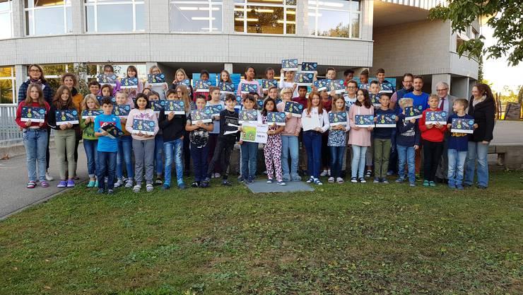 Jeanine Riesen überreichte den Kindern das Preisgeld für das ganze Schulhaus, da fast alle Klassen im Brühl sehr gut abgeschnitten haben.