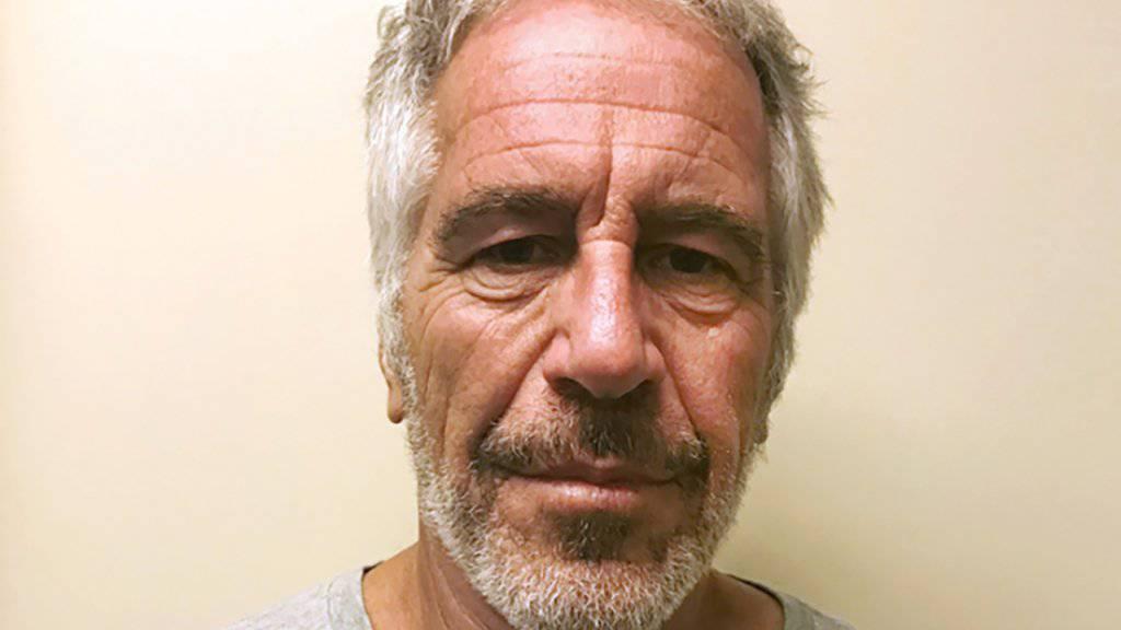 Der wegen sexuellen Missbrauchs von Minderjährigen angeklagte US-Milliardär Jeffrey Epstein hat in seiner Gefängniszelle Suizid begangen. (Archivbild)