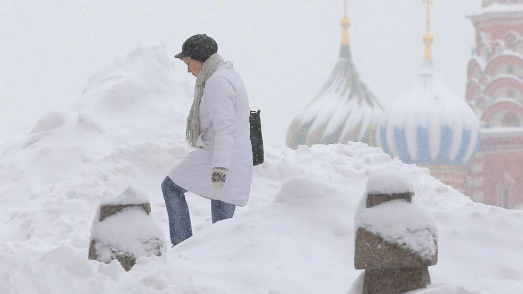 Auf dem Roten Platz in Moskau türmt sich der Schnee: Bis über 60 Zentimeter Schnee werden in der russischen Hauptstadt erwartet.
