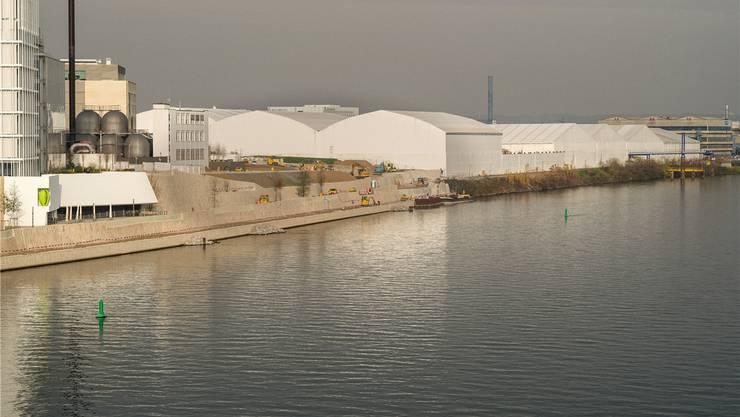 Unter den weissen Zelten läuft die Sanierung. 200000 Kubikmeter sind mit dem Pestizid Lindan belastet.