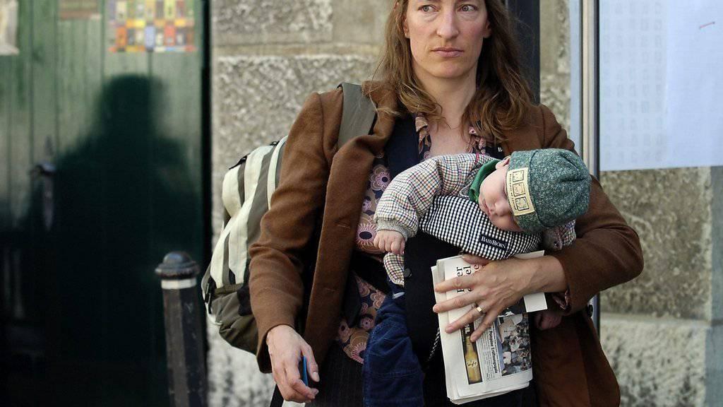 Ruth Schweikert und ihr fünfter und jüngster Sohn 2007 bei den Solothurner Literaturtagen. Der Kleine ist mittlerweile neun und zieht zusammen mit der Mutter nach Frankfurt, wo Schweikert für ein Jahr Stadtschreiberin ist (Archiv).