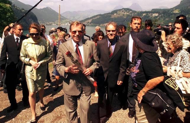 Václav Havel (mit Rose) und Moritz Leuenberger unterwegs aufs Rütli.