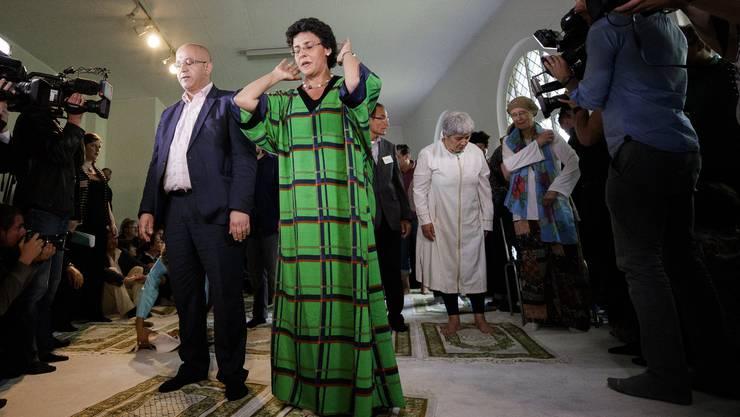 Gilt als «erste liberale Moschee»: die Ibn-Rushd-Goethe-Moschee von Imamin Seyran Ates (im weissen Gewand). Elham Manea (grünes Gewand) predigte zur Eröffnung.