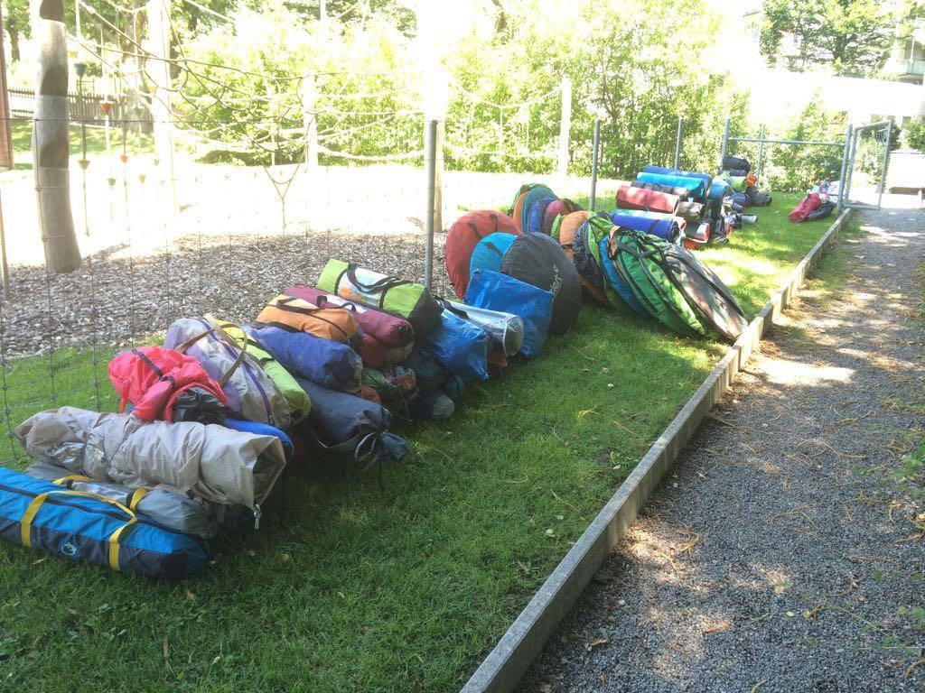 52 Zelte, 37 Matten, 17 Planen und 12 Schlafsäcke sind zusammengekommen. (© zVg)