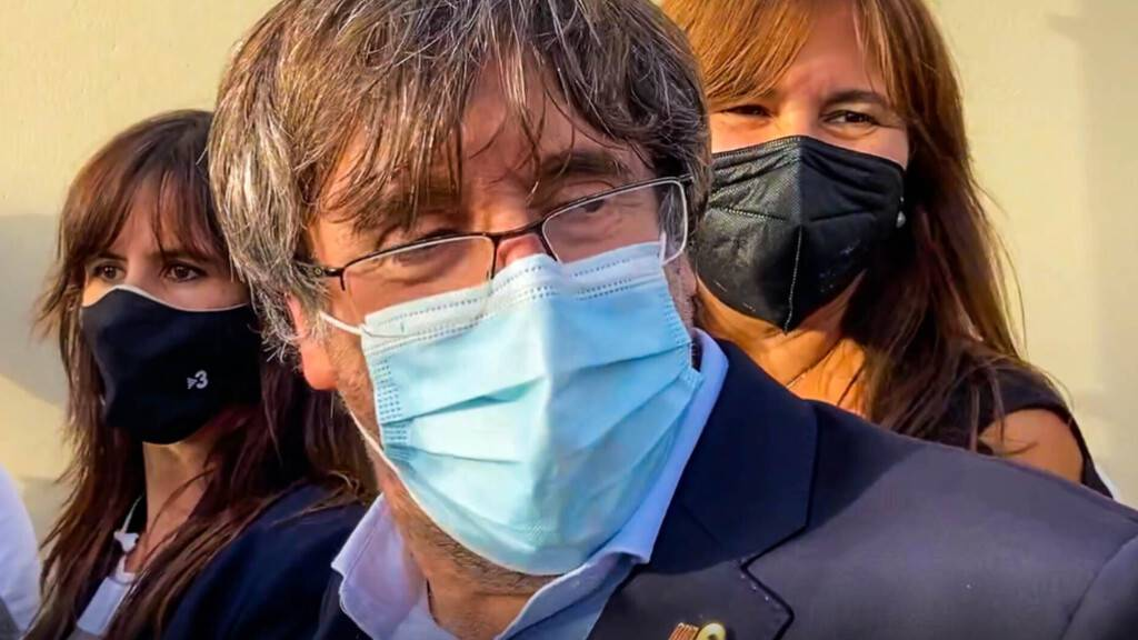 dpatopbilder - Der frühere katalanische Regionalregierungschef Carles Puigdemont (M) verlässt das Gefängnis. Der frühere katalanische Regionalregierungschef Carles Puigdemont ist entgegen ersten Meldungen doch ohne Auflagen auf Sardinien freigelassen worden. Foto: Gloria Calvi/AP/dpa
