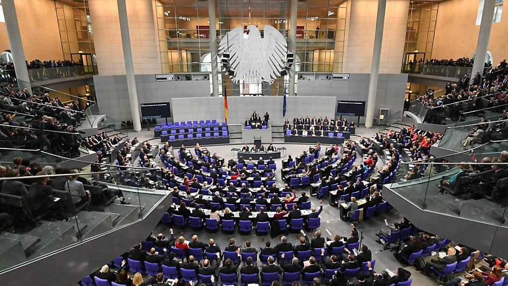 ARCHIV - Übersicht über die konstituierende Sitzung des 19. Deutschen Bundestages im Plenarsaal im Reichstagsgebäude im August 2017. Foto: Ralf Hirschberger/dpa