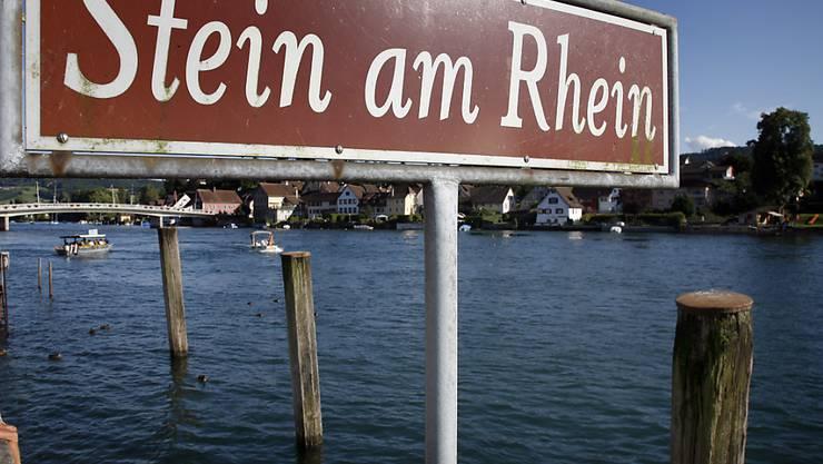 Bei Stein am Rhein SH führt der Rhein wegen des Hitzesommers im Moment zu wenig Wasser für die Schiffahrt.