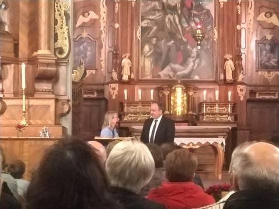 Landammann Dr. Markus Dieth wird von der Parteipräsidentin der CVP Bezirk Bremgarten, Grossrätin Karin Koch Wick, verdankt.